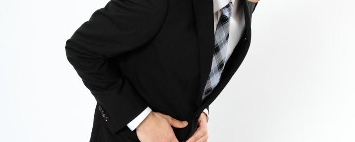 股関節が痛む男性
