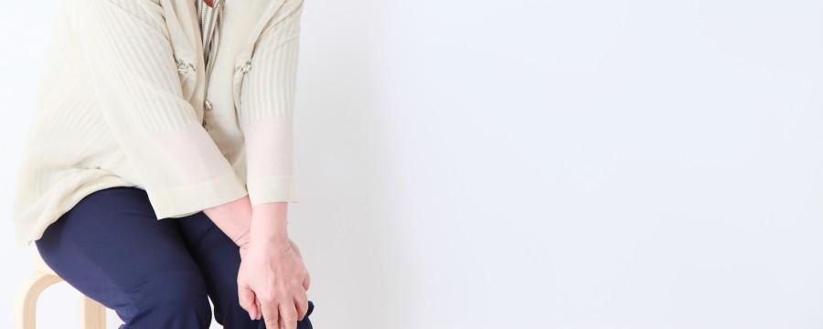 膝が痛む女性